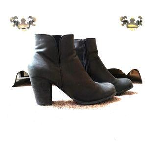 Shoes - Harlow black booties